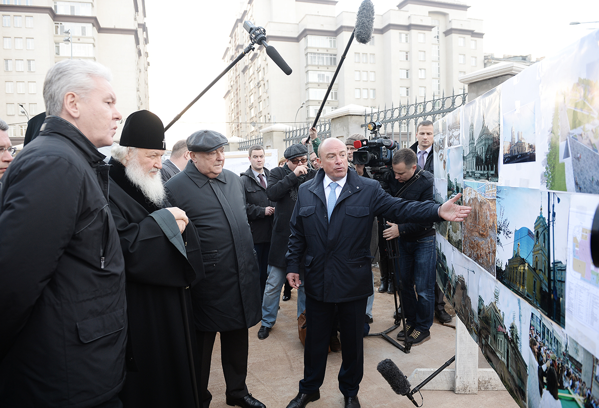 Посещение Святейшим Патриархом Кириллом и мэром Москвы С.С. Собяниным воссоздаваемого храма Преображения Господня на Преображенской площади столицы