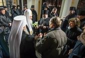 По прибытии в Санкт-Петербург Святейший Патриарх Кирилл посетил Александро-Невскую лавру и Большеохтинское Георгиевское кладбище