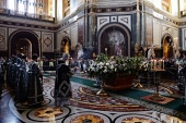 Святейший Патриарх Кирилл совершил в Храме Христа Спасителя утреню Великой Субботы с чином погребения