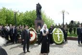 Святейший Патриарх Кирилл возложил венок к памятнику Воину-освободителю в Серпухове