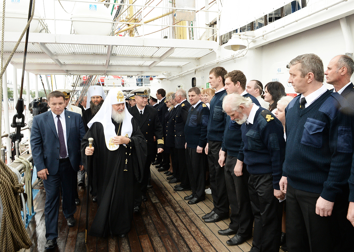Патриарший визит в Архангельскую митрополию. Посещение учебного парусного судна «Мир»