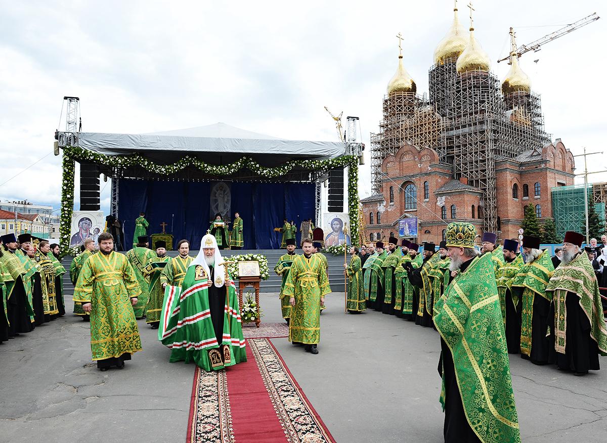 Предстоятель Русской Церкви совершил всенощное бдение на площади у Михаило-Архангельского собора г. Архангельска