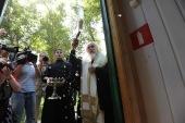 Председатель Синодального отдела по церковной благотворительности совершил молебен на открытии первой в Москве стационарной парикмахерской для бездомных