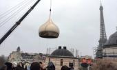 Строящийся Троицкий собор на набережной Бранли в Париже увенчан центральным куполом