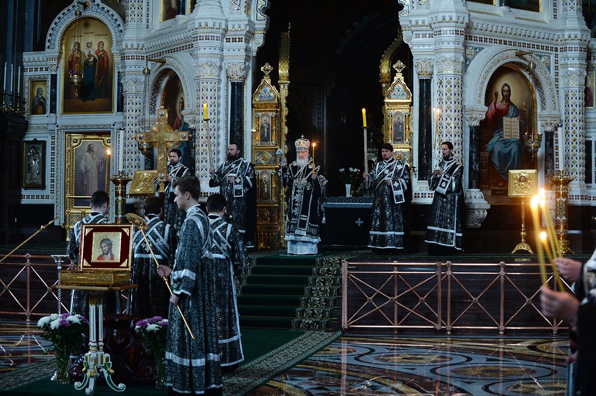 Патриаршее служение в канун Великого Пятка в Храме Христа Спасителя