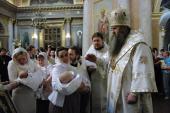 Глава Нижегородской митрополии крестил младенцев из многодетных семей