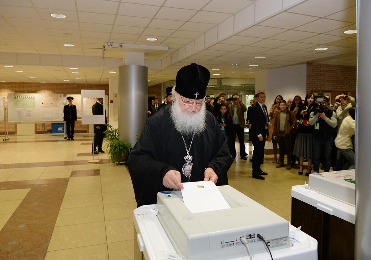 Патриарх Кирилл проголосовал на выборах 2016.