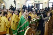 В Неделю пред Воздвижением Святейший Патриарх Кирилл совершил Литургию с сурдопереводом в московском храме Всех святых, в земле Российской просиявших, в Новокосино