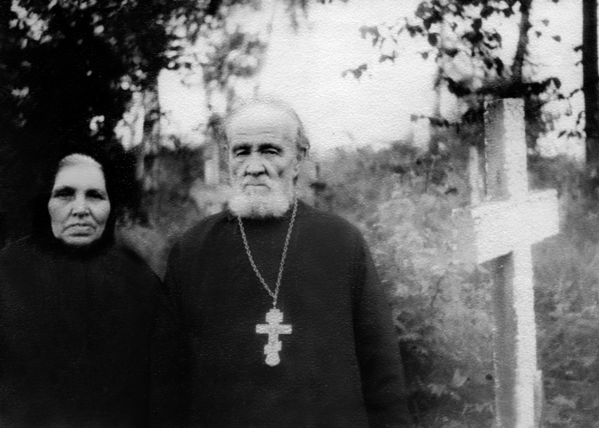 Священник Василий Гундяев с супругой Параскевой Ивановной на кладбище в с. Оброчном. 1960-е гг.