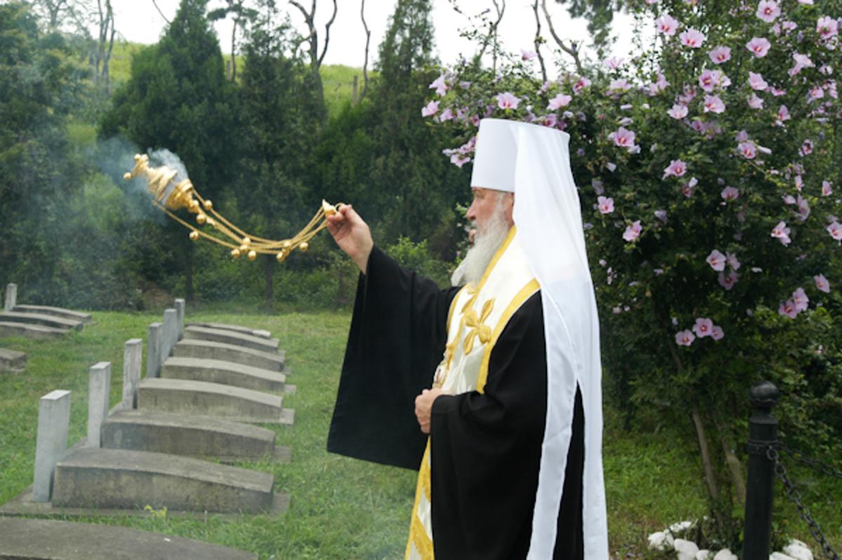 Панихида на русском кладбище в Северной Корее. 2006 г.