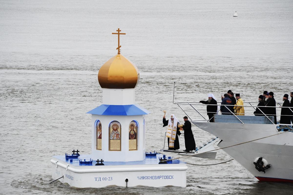Освящение плавучей часовни-маяка на месте слияния рек Иртыш и Обь, Ханты-Мансийский автономный округ. 19 сентября 2013 г.