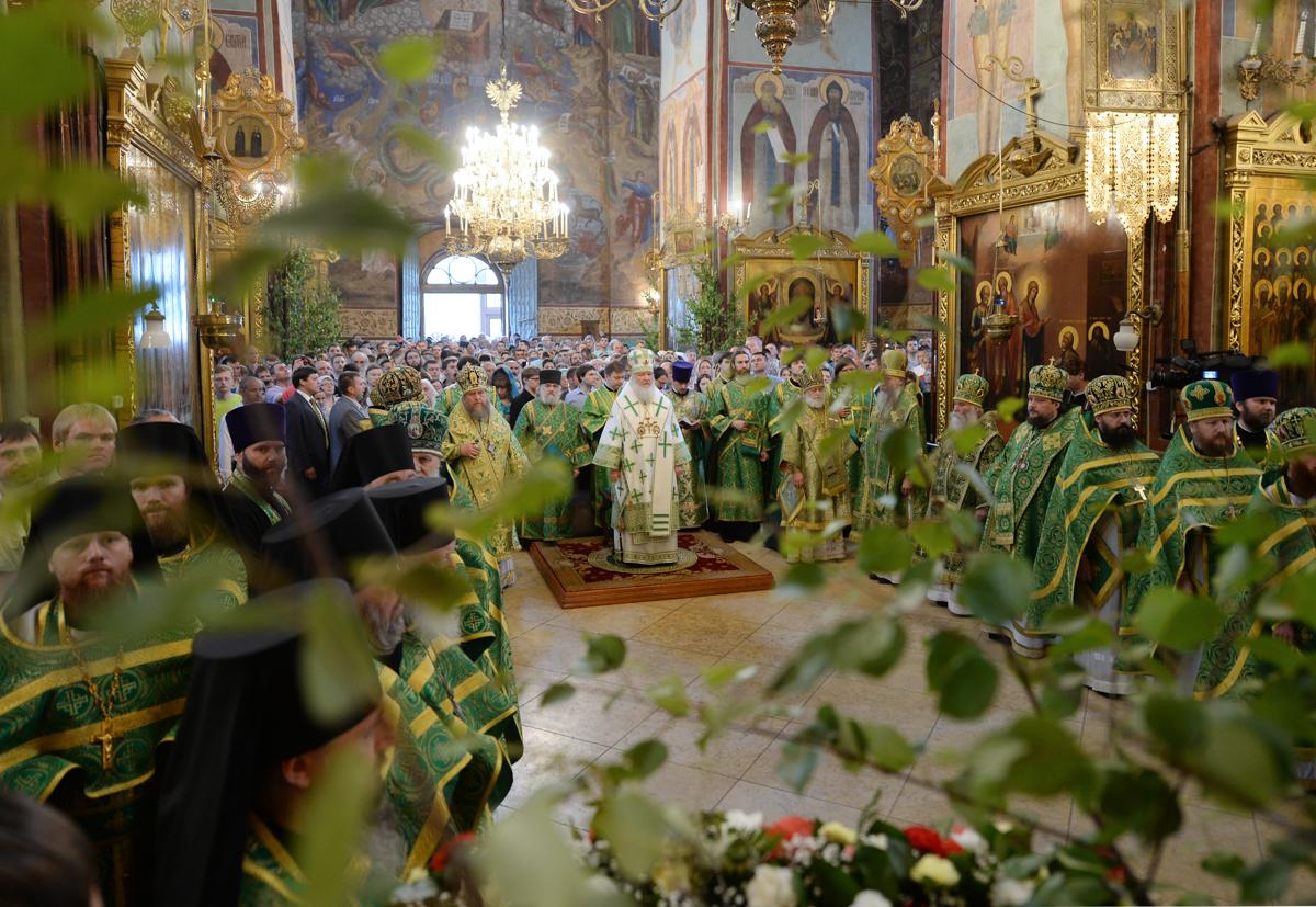 Божественная Литургия в Успенском соборе Троице-Сергиевой лавры в день Святой Троицы. 8 июня 2014 г.