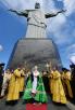 Молебен у подножия статуи Христа-Искупителя на вершине горы Корковаду в Рио-де-Жанейро, Бразилия. 20 февраля 2016 г.