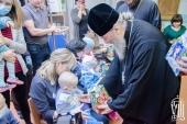 Блаженнейший митрополит Онуфрий вручил подарки детям-переселенцам с востока Украины и маленьким пациентам Национального института рака
