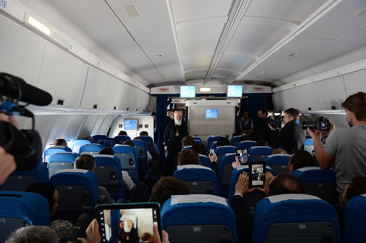 22 февраля. Общение на борту самолета с экипажем и сопровождающими лицами после завершения визита в Латинскую Америку