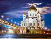 Перед началом ночного Рождественского богослужения Предстоятель Русской Церкви в прямом эфире поздравил телезрителей с праздником