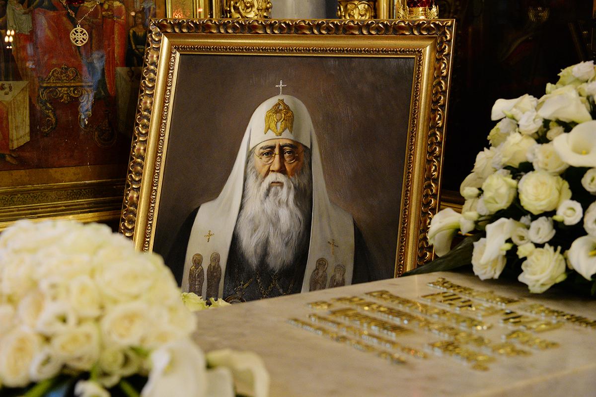 МП: Патриарх Кирилл в очередной раз служил панихиду по Сергию Страгородскому (ФОТО)