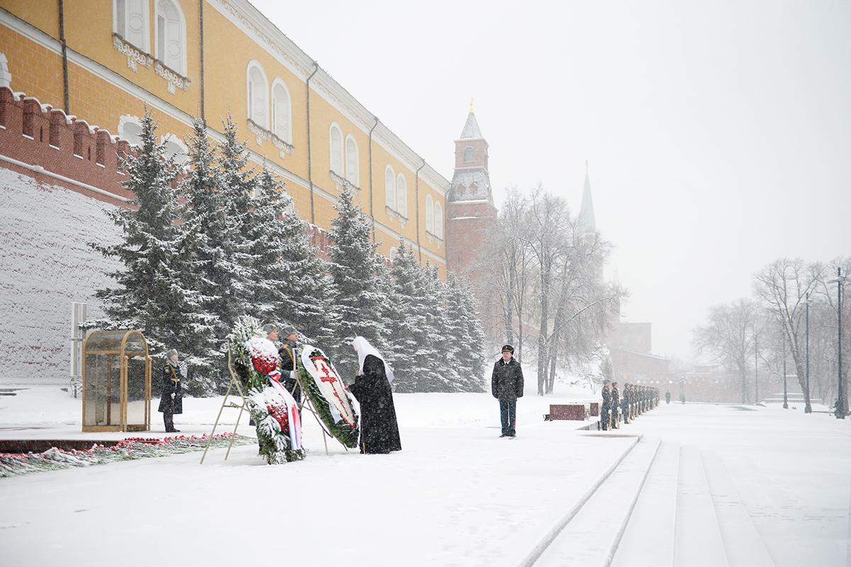 Возложение венка к могиле Неизвестного солдата у Кремлевской стены в День защитника Отечества