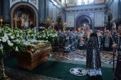 В Великий Пяток Святейший Патриарх Кирилл совершил вечерню с выносом Плащаницы Спасителя в Храме Христа Спасителя