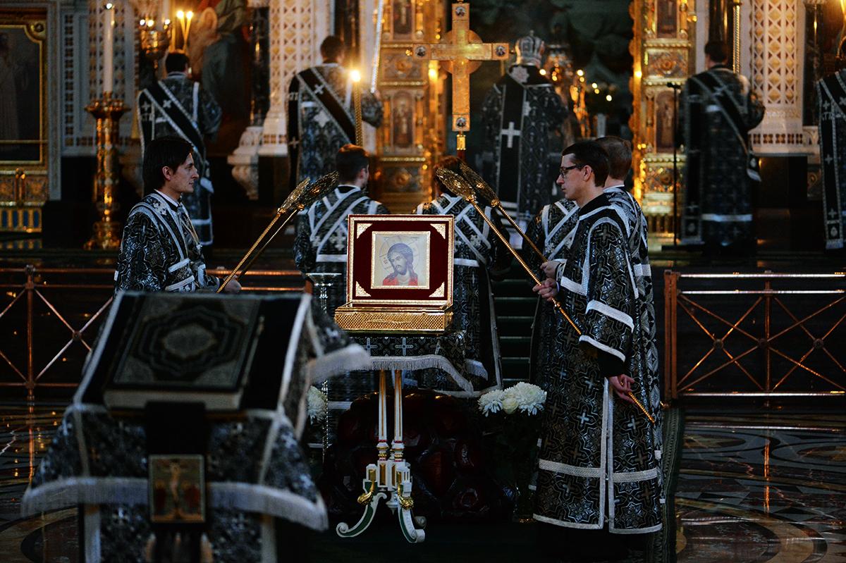 Патриаршее служение в канун Великого Пятка в Храме Христа Спасителя г. Москвы