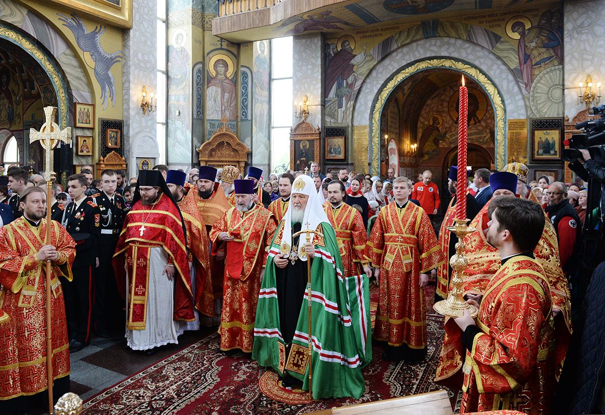 Гундяев поздравляет с Днем Победы