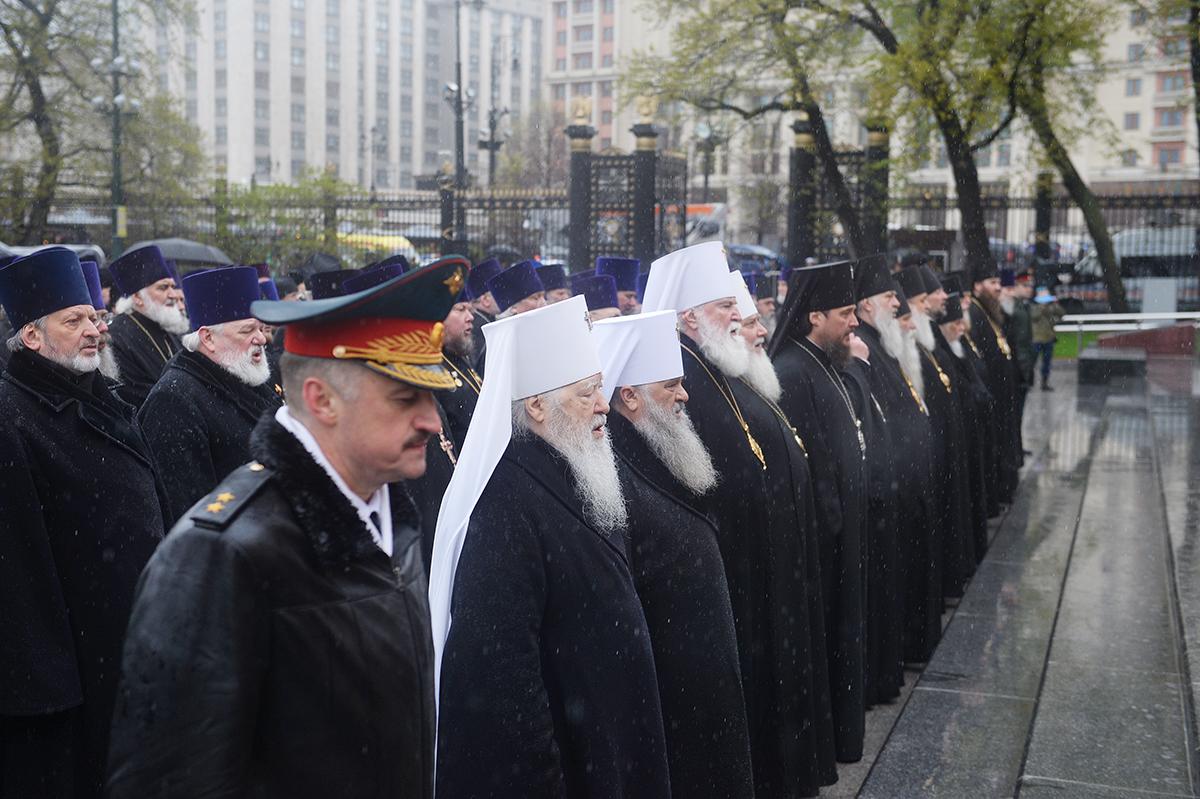 Возложение венка к могиле Неизвестного солдата у Кремлевской стены
