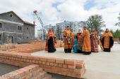 Патриарший экзарх всея Беларуси совершил закладку памятной капсулы в основание строящегося храма в честь Воздвижения Креста Господня в городе Минске