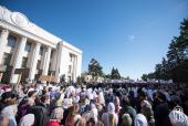 Около десяти тысяч верующих Украинской Православной Церкви совершают молитвенное стояние у стен Верховной Рады Украины