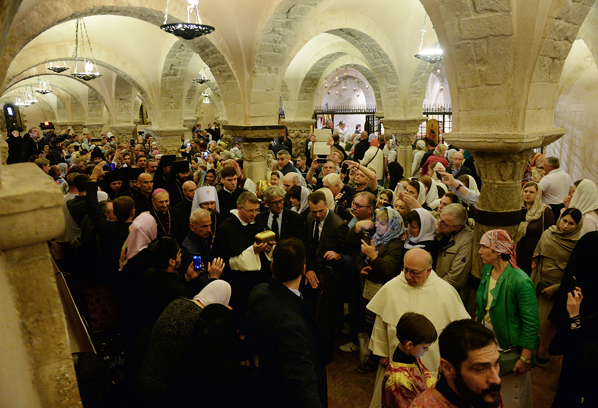 Божественная литургия в Папской базилике в Бари. Передача части мощей святителя и чудотворца Николая делегации Русской Православной Церкви