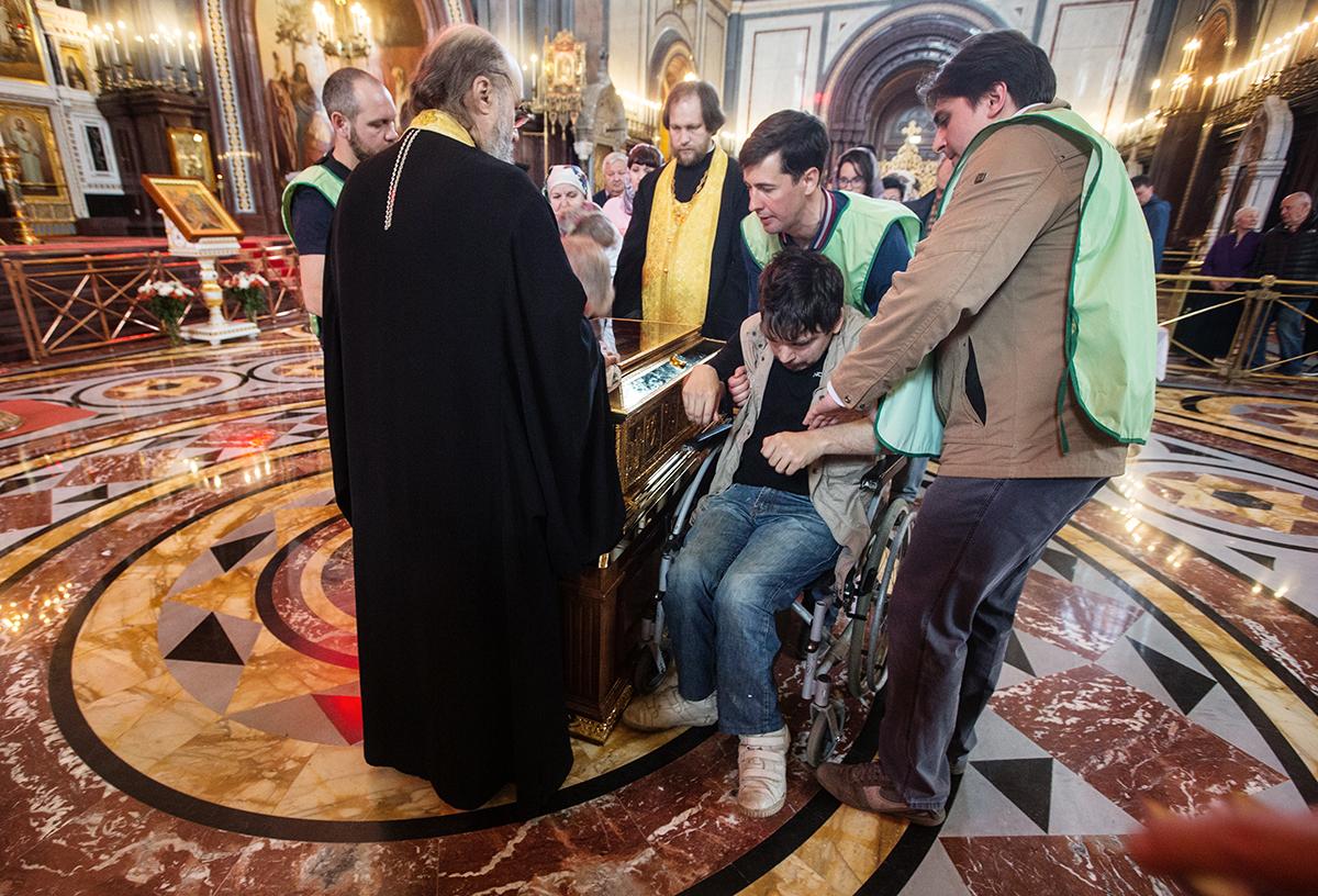 Принесение мощей святителя Николая Чудотворца из Бари в Москву. Поклонение верующих