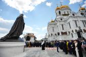 Святейший Патриарх Кирилл освятил у Храма Христа Спасителя памятник, посвященный 10-летию восстановления единства Русской Православной Церкви