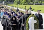 Делегация Санкт-Петербургской епархии приняла участие в церемонии возложения венков на Пискаревском кладбище