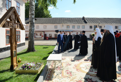 Предстоятель Русской Православной Церкви почтил память родственников Патриарха Сергия на месте их захоронения