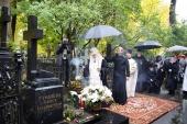 Святейший Патриарх Кирилл совершил заупокойное богослужение на могиле своих родителей на Большеохтинском кладбище
