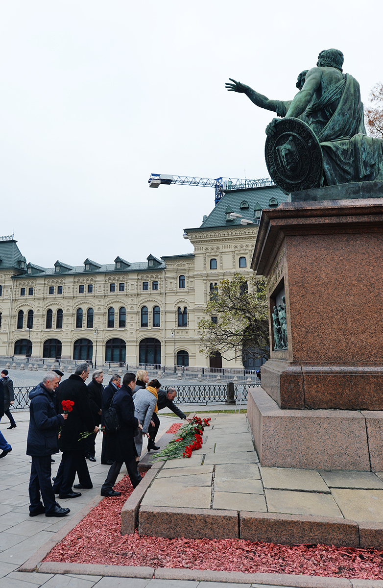 Возложение цветов к памятнику Кузьме Минину и Дмитрию Пожарскому на Красной площади