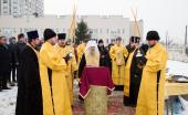 Крест на месте строительства храма свт. Луки Войно-Ясенецкого в Санкт-Петербурге освятил глава Санкт-Петербургской митрополии