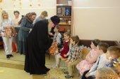 С праздником Пасхи юных пациентов реабилитационного центра в Великих Луках поздравил правящий архиерей местной епархии