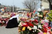 На 40-й день после пожара в торговом центре в Кемерове Святейший Патриарх Кирилл возложил цветы к месту трагедии