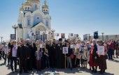 Хабаровские священнослужители и семинаристы прошли по улицам города с портретами священников — участников войны