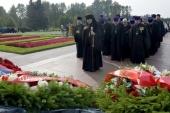 В 77-ю годовщину начала фашистской блокады Ленинграда делегация Санкт-Петербургской епархии возложила венок на Пискаревском мемориальном кладбище