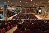 Святейший Патриарх Кирилл: Недопустимо, чтобы в затруднительных обстоятельствах священнослужитель оказался в одиночестве перед выбором между служением алтарю и поиском средств к существованию