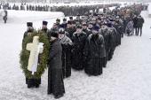 Делегация Санкт-Петербургской епархии приняла участие в возложении венков на Пискаревском кладбище по случаю 75-летия снятия блокады Ленинграда