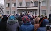 Духовенство и верующие Полесской епархии Украинской Православной Церкви провели молитвенное стояние у Дубровицкой районной администрации в защиту своих прав