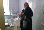 Священники навестили пострадавших в Шереметьево в Центре имени А.В. Вишневского