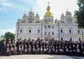 В день Святого Духа Блаженнейший митрополит Киевский Онуфрий возглавил Литургию в Киево-Печерской лавре и поздравил выпускников Киевских духовных школ