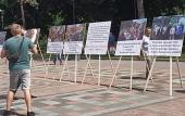 Перед Верховной Радой установили фотографии общин Украинской Православной Цекви, пострадавших от рейдеров