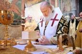 В день памяти святителя Петра Святейший Патриарх Кирилл совершил Литургию в Успенском соборе Московского Кремля
