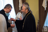 Блаженнейший митрополит Киевский Онуфрий передал Александровской больнице средства защиты для медиков и аппарат искусственного дыхания