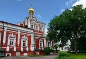 В день сугубого поминовения усопших воинов митрополит Крутицкий Ювеналий совершил Литургию и молебен в Новодевичьем монастыре Москвы