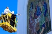 В праздник Святой Троицы глава Курганской митрополии освятил восьмиметровую мозаичную икону на Троицком соборе Кургана